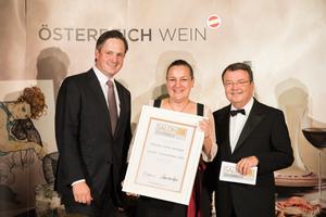 SALON 2018 Auserwählter: Weingut Feiler-Artinger (Bild Mitte), rechts: Geschäftsführer ÖWM Willi Klinger, links: Präsident des österreichischen Weinbauverbandes NR Hannes Schmuckenschlager