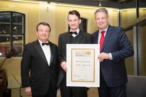 SALON 2016 Sieger: Weingut Wurzinger (Bild Mitte), links: Geschäftsführer ÖWM Willi Klinger, rechts: Bundesminister für Land- und Forstwirtschaft, Umwelt und Wasserwirtschaft Andrä Rupprechter