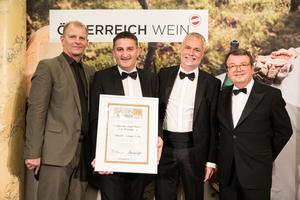 SALON 2019 Sieger: Landesweingut Retz - Gut Altenberg (Bild Mitte), rechts: Geschäftsführer ÖWM Willi Klinger, links: Martin Kušej (Theaterregisseur, Opernregisseur und Intendant)