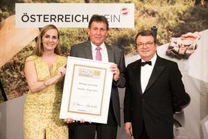 SALON 2019 Sieger: Weingut Zuckriegl (Bild Mitte), rechts: Geschäftsführer ÖWM Willi Klinger, links: Maria Großbauer (österreichische Werbefachfrau, Musikerin und Autorin)