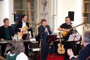 Willi Klinger singt mit Band