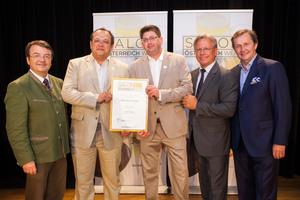 Weingut 2Leser, links: Geschäftsführer ÖWM Willi Klinger, rechts: Direktor Casino Baden Edmund Gollubitz, Leiter Food & Beverage Casinos Austria Oliver Kitz