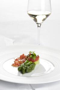 Lachstatar mit grünem Spargel und Weißwein