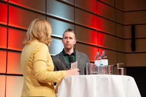 Moderatorin Birgit Perl interviewt Martin Reiskopf (ÖWI)