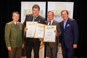 Weingut Müller, links: Geschäftsführer ÖWM Willi Klinger, rechts: Direktor Casino Baden Edmund Gollubitz, Leiter Food & Beverage Casinos Austria Oliver Kitz