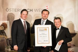 SALON 2018 Sieger: Weingut Mayer am Pfarrplatz (Bild Mitte), rechts: Geschäftsführer ÖWM Willi Klinger, links: Präsident des österreichischen Weinbauverbandes NR Hannes Schmuckenschlager