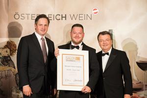 SALON 2018 Sieger: Weingut Fabian Sloboda (Bild Mitte), rechts: Geschäftsführer ÖWM Willi Klinger, links: Präsident des österreichischen Weinbauverbandes NR Hannes Schmuckenschlager
