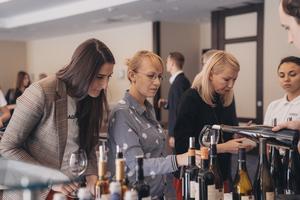 Gäste kosten an der Weinbar