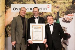 SALON 2019 Sieger: Weingut Markus Schuller (Bild Mitte), rechts: Geschäftsführer ÖWM Willi Klinger, links: Martin Kušej (Theaterregisseur, Opernregisseur und Intendant)