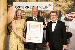 SALON 2019 Sieger: Weingut Deutsch (Bild Mitte), rechts: Geschäftsführer ÖWM Willi Klinger, links: Maria Großbauer (österreichische Werbefachfrau, Musikerin und Autorin)
