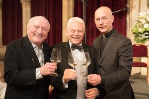 Weintaufe Österreich und Verleihung Bacchuspreis 2017 im Wiener Rathaus, Wien; v.l.n.r.: Gerd Hoffmann (M.A.C. Hoffmann), Prof. Dr. Walter Kutscher (Vizepräsident Wiener Sommelier Verein), Toni Faber (Pfarrer)