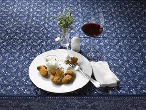 Gebackene Steinpilze mit Sauce Tartare und einem Glas Rotwein