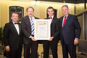 SALON 2016 Sieger: Weingut Wimmer, Wagramkeller (Bild Mitte), links: Geschäftsführer ÖWM Willi Klinger, rechts: Bundesminister für Land- und Forstwirtschaft, Umwelt und Wasserwirtschaft Andrä Rupprechter