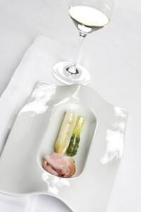 Spargelgratin mit Schinken und einem Glas Weißwein