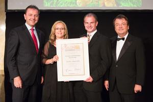 SALON 2012 Sieger: Weingut und Heuriger Buchecker, Kremstal DAC (Bild Mitte), links: Minister Niki Berlakovich, rechts: Geschäftsführer ÖWM Willi Klinger