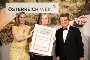 SALON 2019 Sieger: Weingut Unger Petra (Bild Mitte), rechts: Geschäftsführer ÖWM Willi Klinger, links: Maria Großbauer (österreichische Werbefachfrau, Musikerin und Autorin)
