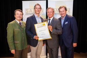 Weingut Ecker, links: Geschäftsführer ÖWM Willi Klinger, rechts: Direktor Casino Baden Edmund Gollubitz, Leiter Food & Beverage Casinos Austria Oliver Kitz
