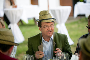 """Weingipfel 2015 - """"Tafeln im Weinviertel"""" mit Weinbegleitung """"Vielfalt Weinviertel"""" präsentiert von: Ulrike Hager (Regionales Weinkomitee Weinviertel), Johannes Pleil (Weinviertel Tourismus), Kellergasse Ketzelsdorf, Poysdorf, Weinviertel"""