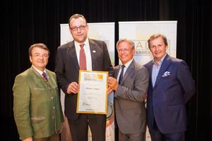 Weingut Regele, links: Geschäftsführer ÖWM Willi Klinger, rechts: Direktor Casino Baden Edmund Gollubitz, Leiter Food & Beverage Casinos Austria Oliver Kitz