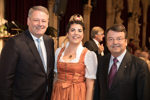Weintaufe Österreich und Verleihung Bacchuspreis 2017 im Wiener Rathaus, Wien; v.l.n.r.: Andrä Rupprechter (Bundesminister), Anna Reichardt (Bundesweinkönigin), Mag. Willi Klinger (Geschäftsführer ÖWM)