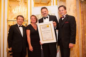 SALON 2014 Sieger: Weingut Dockner, Kremstal (Bild Mitte), links: Geschäftsführer ÖWM Willi Klinger, rechts: Präsident des österreichischen Weinbauverbandes NR Hannes Schmuckenschlager