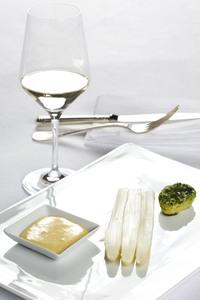 Spargel mit Sauce Hollandaise und einem Glas Weißwein