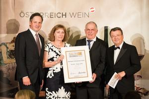 SALON 2018 Sieger: Weingut Hahnekamp-Sailer (Bild Mitte), rechts: Geschäftsführer ÖWM Willi Klinger, links: Präsident des österreichischen Weinbauverbandes NR Hannes Schmuckenschlager