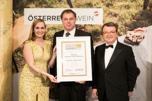 SALON 2019 Sieger: Weingut Allacher Vinum Pannonia (Bild Mitte), rechts: Geschäftsführer ÖWM Willi Klinger, links: Maria Großbauer (österreichische Werbefachfrau, Musikerin und Autorin)