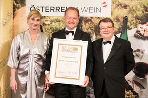 SALON 2019 Auserwählter: Weingut Wieninger (Bild Mitte), rechts: Geschäftsführer ÖWM Willi Klinger, links: Dörte Lyssewski (Schauspielerin)