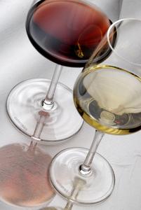 Weingläser Österreich Serie Aufsicht gefüllt Rotwein Weißwein
