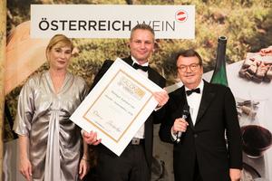SALON 2019 Auserwählter: Aumann Leo (Bild Mitte), rechts: Geschäftsführer ÖWM Willi Klinger, links: Dörte Lyssewski (Schauspielerin)