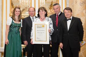 SALON 2013 Sieger: Weingut Scheiblhofer, Burgenland (Bild Mitte), links: Weinkönigin Elisabeth Hirschbüchler, Landesrat Andreas Liegenfeld, rechts: ÖWM Geschäftsführer Willi Klinger