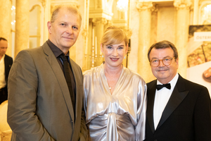 Salon 2019, Galadinner, Palais Coburg, v.l.n.r: Martin Kušej (Theaterregisseur, Opernregisseur und Intendant), Dörte Lyssewski (Schauspielerin), Willi Klinger (Geschäftsführer ÖWM)