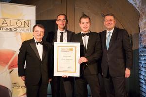SALON 2015 Sieger: Weingut Hagn, Niederösterreich (Bild Mitte), links: Geschäftsführer ÖWM Willi Klinger, rechts: Bundesminister für Land- und Forstwirtschaft, Umwelt und Wasserwirtschaft Andrä Rupprechter