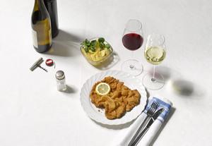 Wiener Schnitzel mit Erdäpfelsalat und Weißwein & Rotwein
