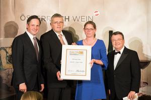 SALON 2018 Sieger: Weingut Sigl (Bild Mitte), rechts: Geschäftsführer ÖWM Willi Klinger, links: Präsident des österreichischen Weinbauverbandes NR Hannes Schmuckenschlager