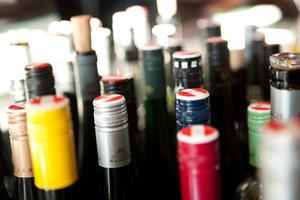 Weinflaschen teilweise mit Banderole
