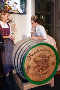 Weinkönigin Tatjana Cepnik entnimmt den Taufwein