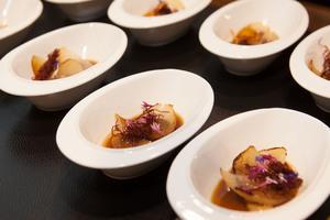SALON Gala Dinner 2014 - Festliches Menü von Norbert Niederkofler - Amouse Bouche - Gebratene Zwiebel mit Gezupften Pferdefleisch