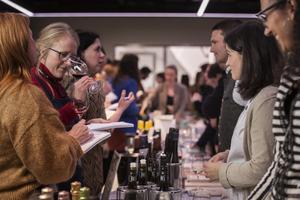 Besucher beim Verkosten der Weine