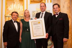 SALON 2014 Sieger: Weingut Kiss, Neusiedlersee (Bild Mitte), links: Geschäftsführer ÖWM Willi Klinger, rechts: Präsident des österreichischen Weinbauverbandes NR Hannes Schmuckenschlager