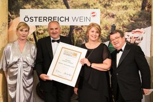 SALON 2019 Auserwählter: Weingut Landauer Gisperg (Bild Mitte), rechts: Geschäftsführer ÖWM Willi Klinger, links: Dörte Lyssewski (Schauspielerin)