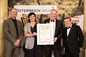 SALON 2019 Sieger: Weingut Familie Haller (Bild Mitte), rechts: Geschäftsführer ÖWM Willi Klinger, links: Martin Kušej (Theaterregisseur, Opernregisseur und Intendant)