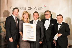 SALON 2018 Sieger: Weingut Andrea und Stefan Pauritsch (Bild Mitte), rechts: Geschäftsführer ÖWM Willi Klinger, links: Präsident des österreichischen Weinbauverbandes NR Hannes Schmuckenschlager