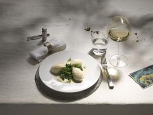 Hechtnockerl in Weißweinsauce mit Weißwein in Burgunderglas