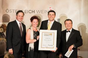 SALON 2018 Sieger: Weingut Puhr (Bild Mitte), rechts: Geschäftsführer ÖWM Willi Klinger, links: Präsident des österreichischen Weinbauverbandes NR Hannes Schmuckenschlager