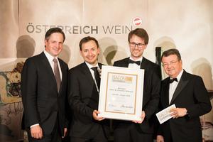 SALON 2018 Sieger: Weingut Hans und Christine Nittnaus (Bild Mitte), rechts: Geschäftsführer ÖWM Willi Klinger, links: Präsident des österreichischen Weinbauverbandes NR Hannes Schmuckenschlager