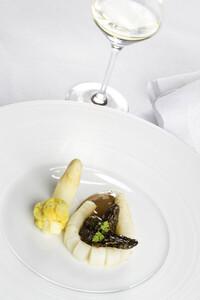 Spargel mit Morcheln und Weißwein