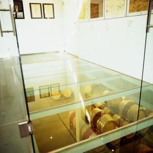 Blick von oben in einen Weinkeller (Weingut Kollwentz)
