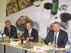 v.l.n.r.: Josef Glatt (Direktor WBV), NR Johannes Schmuckenschlager (Pr?sident WBV), Chris Yorke (Gesch?ftsführer ?WM)